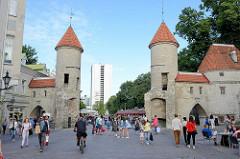 Viru Tor in Tallinn - historische Stadtmauer, erbaut im 14. Jahrhundert - Touristenattraktion der Stadt, Fussgängerzone.