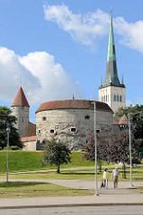 Historische Stadtbefestigung der estnischen Hauptstadt Tallinn - Wehrturm Dicke Margarethe - estnisch Paks Margareeta - Fertigstellung 1529, 24 m Durchmesser / Mauerstärke 5 m; jetzt Nutzung als Maritimes Museum, Seefahrtsmuseum. Rechts der Kir