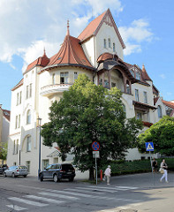 Jugendstilvilla mit Dachgiebel und Balkons - Architektur in Olsztyn.