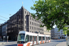 Straßenbahn in Tallinn - expressionistisches Backsteingebäude, Geschäftshaus in Pärnu maantee.