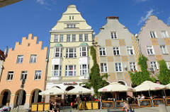 Wohnhäuser mit unterschiedlicher Fassadengestaltung - Straßencafé in der Altstadt von Olsztyn