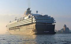 Kreuzfahrtschiff MEIN SCHIFF in der Morgensonne auf die Fahrt zum Hamburger Kreuzfahrtterminal.