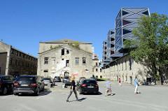Ruinen Hausfassade / Ziegelmauer eines ehem. alten Gewerbegebäudes im Quartier Rotermann von Tallinn; re. die futuristischen Türme, aufgesetzt auf einer ehem. Tischlerwerkstatt.