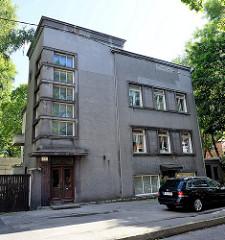 Expressionistische Architektur in Tallinn - kubisches Wohnhaus mit Eck-Treppenhaus, Fenster.