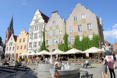Brunnen und Straßencafés in der Altstadt von Olsztyn - lks. Kirchturm der Christus Erlöser Kirche, re. das Hohe Tor.