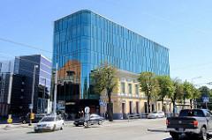 Historische Gebäudezeile und moderne Glasarchitektur in der Innenstadt von Tallinn.