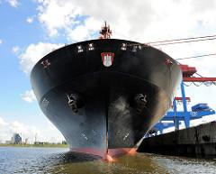Schiffsbug der HANOVER EXPRESS unter den Containerbrücken des HHLA Container Terminals Altenwerder. Das 320m lange und 42m breite Frachtschiff wurde 2007 gebaut und kann 8749 TEU Standardcontainer an Bord nehmen.