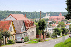 Blick auf die Häuser und Dächer von Kaunas - im Bildzentrum die Kathedrale St. Peter und Paul, dahinter die Jesuitenkirche.