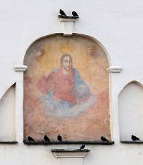 Religiöses Wandbild - Fresko, gekrönter Jesus /  Kirchenfassade in Vilnius.