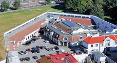 Innenhof einer Befestigungsanlage / Zitadelle, Neubauten mit Geschäften / Gewerbe; Aia in Tallinn.