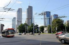 Blick über die Straße Konstitucijos in Vilnius - Panorama der Hochhäuser im Stadtteil Šnipiškės.