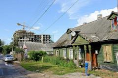 Neu + Alt - ursprüngliche Wohnhäuser in traditioneller Holzbauweise / Holzhaus - Baustelle eines Wohngebäudes;  Stadtteil Šnipiškės in Vilnius.