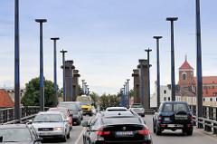 Straßenverkehr auf der  Vytautas-Magnus-Brücke oder Aleksotas-Brücke in Kaunas über die Memel; errichtet 1948.