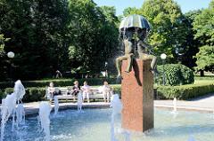 Brunnen Kinder unter dem Regenschirm, Bronzeskulptur - Kanutengarten in Tallinn.
