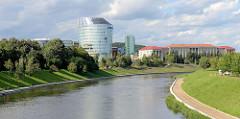 Blick über den Fluß Neris zu Gebäuden der Litauische Universität für Bildungswissenschaften.