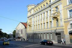 Hauptstrasse in der Innenstadt von Tallinn - Verwaltungsgebäude und Theater / Straßenverkehr.