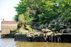 Ruine / verfallene Kaianlage bei Niedrigwasser im Hamburger Hafen, Moldauhafen - Melniker Ufer; Reste der Steinquader und Holzbohlen der Uferbefestigung bei Niedrigwasser.