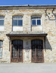 Altes Ziegelgebäude - Gewerberaum / Eingangstüren mit Eisengitter, Ziergitter in Tallinn.