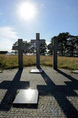 Gedenkstätte Maarjamäe in Tallinn - Kreuze und Gedenkplatten im Gegenlicht.