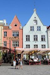 Historische Häuser am  Rathausplatz / Raekoja plats von Tallinn - Restaurants und Cafés in der Sonne.
