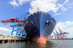 Bug des Frachtschiffs CMA CGM CHRISTOPHE COLOMBE im Hambuger Hafen; das 365 m und 51 m breite Frachtschiff kann 13.344 Standardcontainer TEU an Bord nehmen.