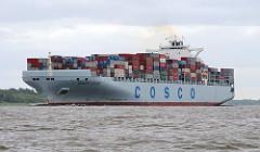 Das Containerschiff COSCO EUROPE auf dem Weg in den Hamburger Hafen. Der 20008 gebaute Frachter kann 10060 Container laden und mit einer Geschwindigkeit von 25,8 kn fahren.