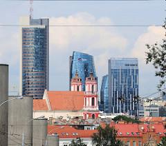 Hochhäuser von Vilnius - lks. der Europa Tower, Höhe 148 m - Entwurf des Vilniuser Architektenbüros Audrius Ambrasas Architects Company. - im Vordergrund die Kirche St. Philip und St. Jacob.