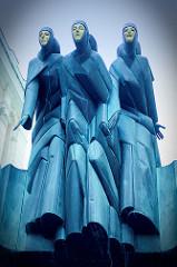 Die Drei Musen,  Drama (Kalliope), Tragikomödie (Thalia) und Tragödie (Melpomene) über dem Eingang vom  Litauischen Nationalen Dramatheater in Vilnius / Gedimino pr.; Bildhauer  Stanislovas Kuzma - 1981.