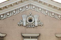 Ährengarbe mit Kranz und Stern - Jahreszahl 1954;  sowjetische Architektur in Tallinn.