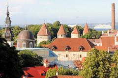Blick vom Domberg auf die Stadtbefestigung / Wehrtürme der Unterstadt in Tallinn;  lks. der Kirchturm der Nikolaikirche.