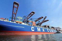 Die Ladung des Containerschiffs CALLISTO wird im Hambuger Hafen am Burchardkai gelöscht.