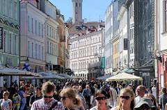 Fussgängerzone - Geschäftsstraße Viru in Tallinn - Fußgänger*Innen und Touristen in der Sonne.