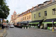 Restaurants und Cafés beim Rathaus von Kaunas - im Hintergrund die Kathedrale  St. Peter und Paul in der Altstadt.
