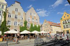 Wohnhäuser mit dekorierten Fassaden - Straßencafé in der Altstadt von Olsztyn.
