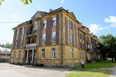 Altes Wohngebäude mit Säuleneingang - Architektur in Tallinn.