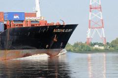 Schiffsbug NATIONAL GLORY auf der Unterelbe Höhe Lühe. Im Hintergrund einer der Masten der Überlandleitungen, die dort die Elbe überqueren. Der Container Feeder NATIONAL GLORY wurde 1988 gebaut und kann bei einer LÄnge von 149 und einer Breite vo