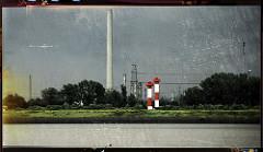 Blick auf die Leuchtfeuer in Hamburg Altenwerder / Süderelbe, Köhlbrand - Schornstein vom Gasturbinenkraftwerk in Hamburg Moorburg. Das mit Heizöl befeuerte Kraftwerk wurde 2009 stillgelegt und demontiert.