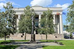 Litauisches Parlamentsgebäude in Vilnius - Bogenschützin, Frau mit Pfeil und Bogen - Bronzeskulptur.