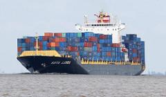 Das Container Vessel KOTA LUMBA auf der Elbe in Fahrt Richtung Hamburger Hafen. Das 260 lange Schiff hat eine Tragfähigkeit von 50604 t und kann 4000 TEU Container transportieren.