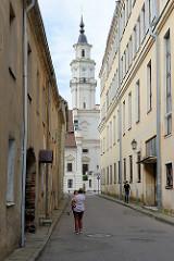 Blick durch eine Gasse zum Turm vom Rathaus in der Altstadt Kaunas. Der Bau wurde 1542 im gotischen Stil begonnen, um 1780 umgebaut.