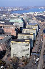 Luftaufnahme von den City Hochhäusern am Klosterwall in der Hamburger Altstadt - im Hintergrund die Binnenalster.