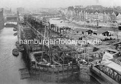 Baustelle von Lagergebäuden der Hamburger Speicherstadt am Kehrwiederfleet, re. der Zollkanal Bei den Mühren.-
