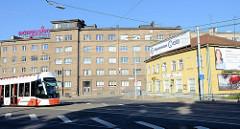 Straßenkreuzung an der Pärnu maantee  in Tallinn - Geschäftshaus mit kleinen Läden, Holzhaus und mehrstöckiger Wohnblock.