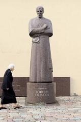 Denkmal für den Bischof Motiejui Valančiui in der Altstadt von Kaunas.