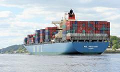 Das Containerschiff MOL PRECISION ist im Hamburger Hafen abgefertigt worden und fährt elbabwärts Höhe Hamburg Blankenese. An Deck des 2002 gebauten Frachtschiffs ist die Ladung hoch gestapelt. Der 293 m lange Frachter hat eine Tragfährigkeit von