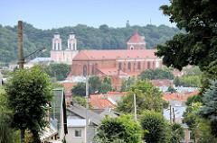 Blick auf die Dächer von Kaunas - im Bildzentrum die Kathedrale St. Peter und Paul, dahinter die Jesuitenkirche.