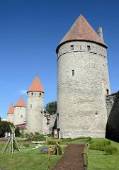 Platz der Türme in Tallin - historische Stadtmauer mit mittelalterlichen Wehrtürmen.