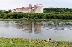 Blick über die Nemunas / Memel bei Kaunas - historische Industriearchitektur, Silogebäude.