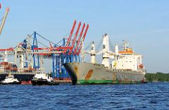 Das Mehrzweckschiff NORWID läuft in den Hamburger Hafen ein - im Hintergrund die Containerbrücken vom Burchardkai.