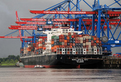 Der Containerfrachter Bunga Seroja Satu liegt unter den Containerbrücken vom Hamburger Containerterminal Altenwerder.